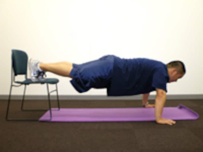 腕立て伏せのバリエーション3 デクライン・プッシュアップ イスに足を乗せプッシュアップと同じ姿勢をとります