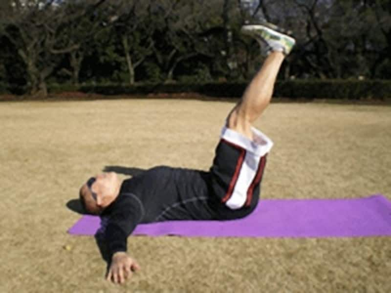 膝の力を抜いて、股関節を曲げる意識で行いましょう。両足が離れないようにしてください。