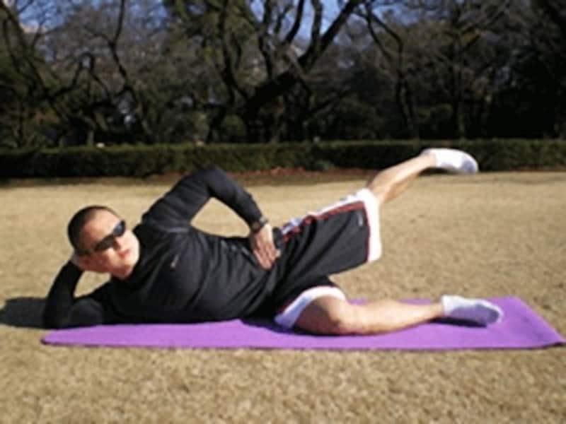 足を上げ過ぎると腰が動いてしまうので、腰が動かない範囲で行いましょう