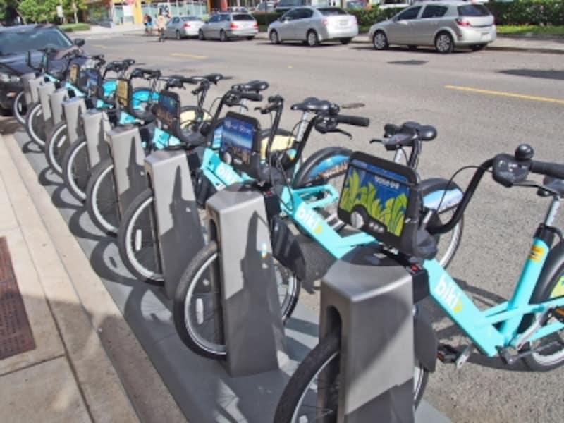 路上に設置されたBikiストップ。ホノルルに100カ所あり、約1000台の自転車を貸し出し