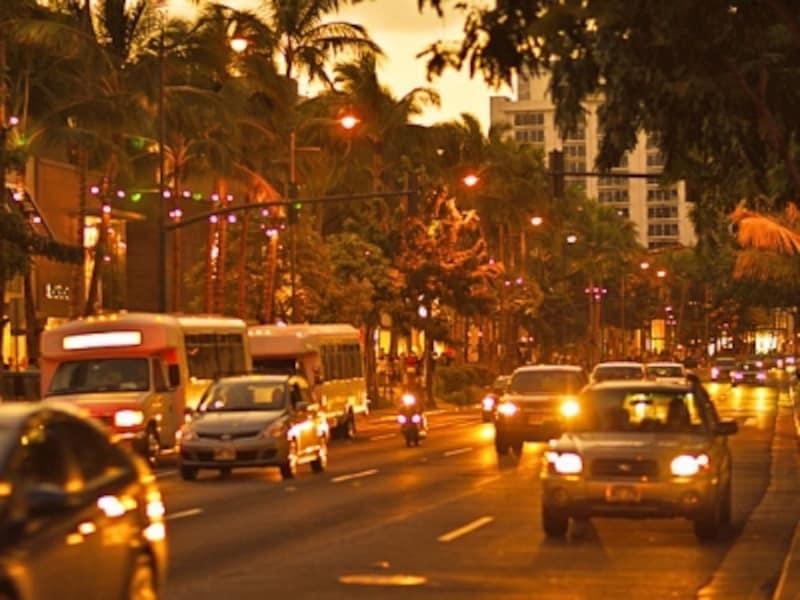 夜間に人通りの少ないバス停でバスを待つことは危険。タクシーを利用しましょう