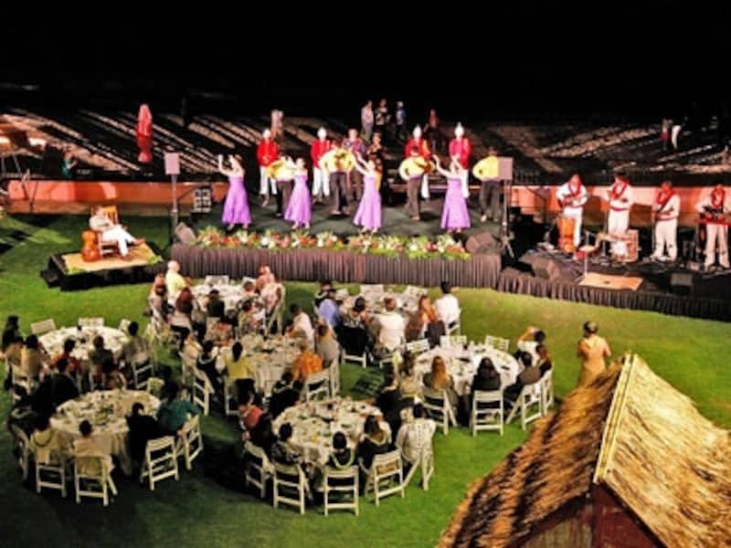 ワイキキビーチを背景に開催されるロイヤル・ハワイアンの「アハ・アイナ・ロイヤル・セレブレーション」