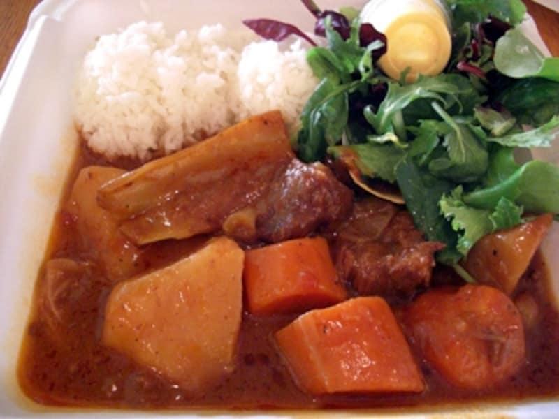 野菜ゴロゴロのビーフシチュー。ライス(白米か玄米)、サラダ(ポテトサラダかグリーン)も選べてヘルシー