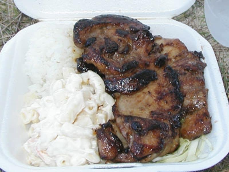 ミニサイズの「バーベキュー・チキン」undefinedチキンとごはんとマカロニサラダという野菜ゼロ、超B級のプレートランチ