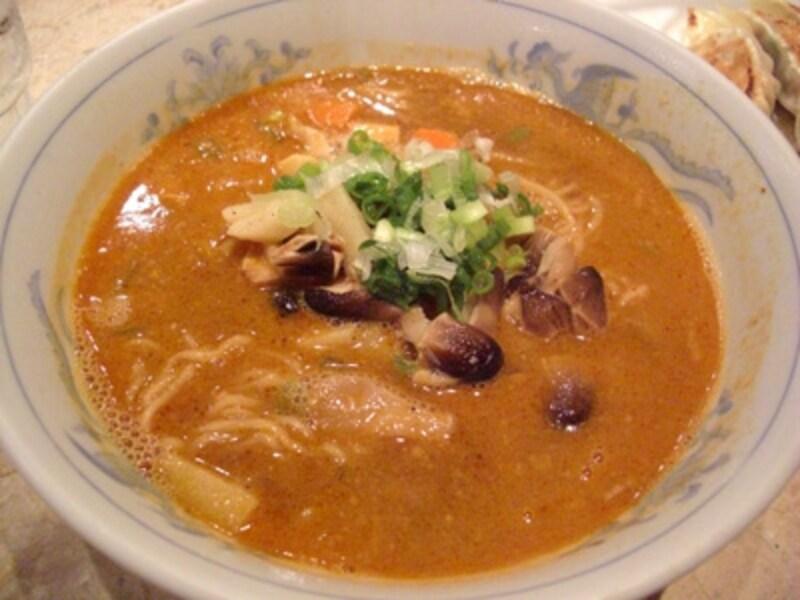 基本のたんたん麺に野菜の入った「野菜たんたん麺」