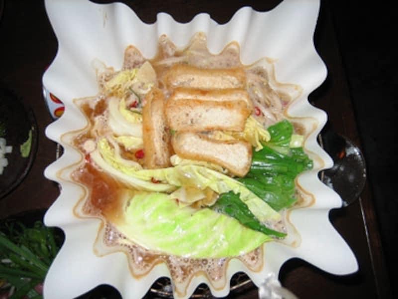 おススメはスライスしたニンニクと唐辛子が浮かんだピリカラ醤油スープでたっぷりの野菜と黒豚、つくねを頂くピリカラ鍋。〆のラーメンが美味