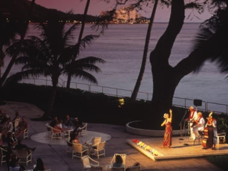 夕陽に浮かび上がる幻想的なダイヤモンドヘッドとワイキキビーチを背景に極上のフラが堪能できる