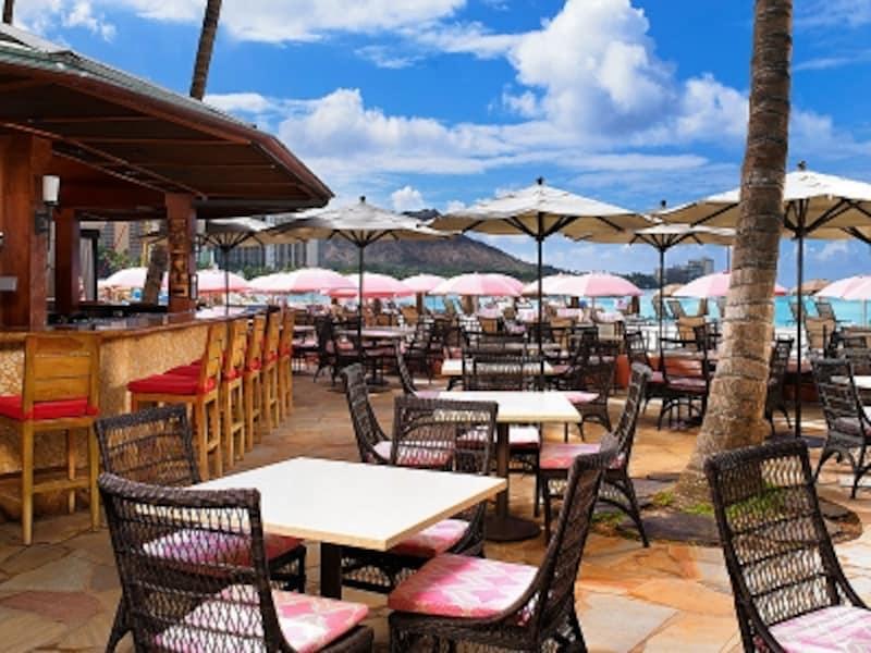 ビーチ沿いのテーブルからは、カラカウア通りに連なるホテルの夜景が見渡せる