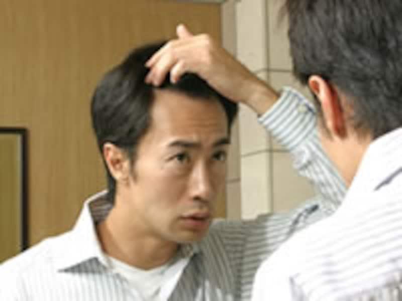 白髪を探す男性