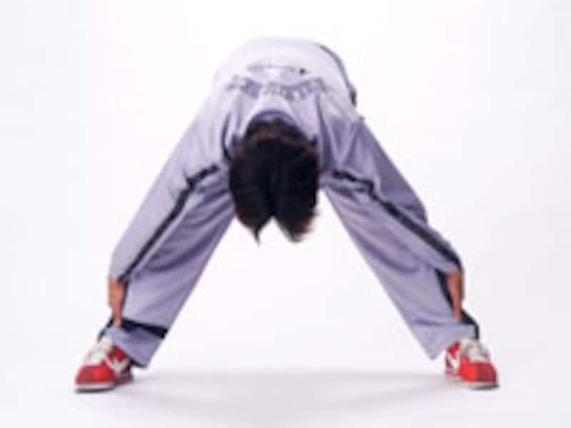 鏡ストレッチ運動をする男性