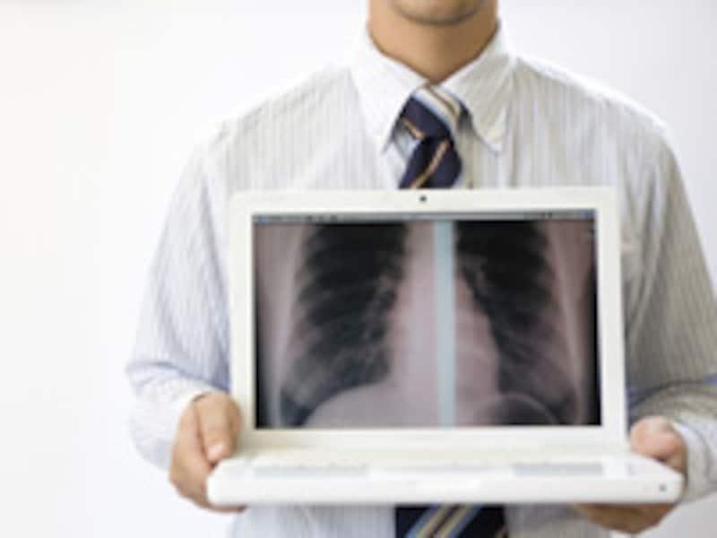 パソコンを持つ男性