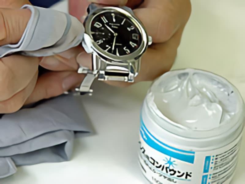 ステンレス磨きコンパウンドを使うのも効果がある。コンパウンドが残らないように柔らかい布できれいに拭き取る