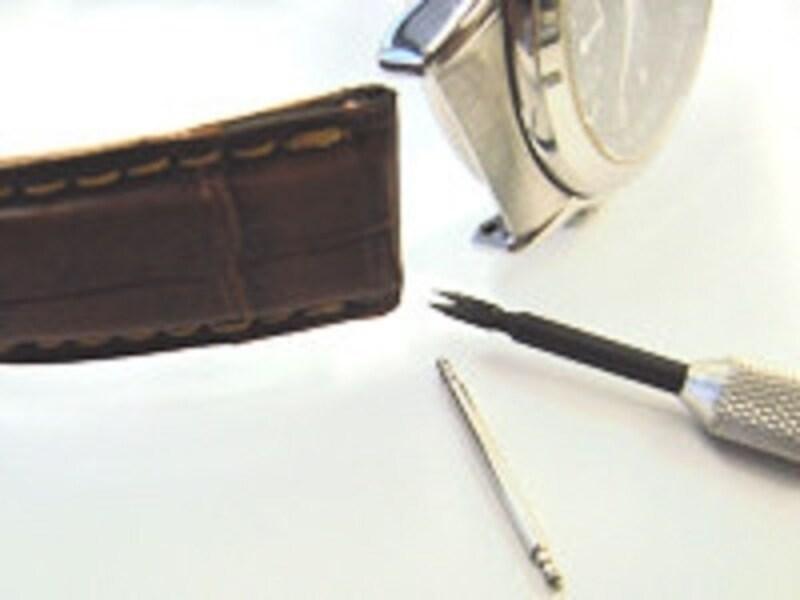 水洗いの前に時計からストラップを外す。次に外したストラップをせっけん水に浸す