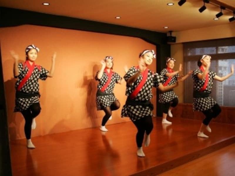 青森で2ヶ月半、着付け・日本舞踊・茶道・手踊り・機織りの研修を積んだ『チーム織り姫』。ミュージアム内の身近な存在です