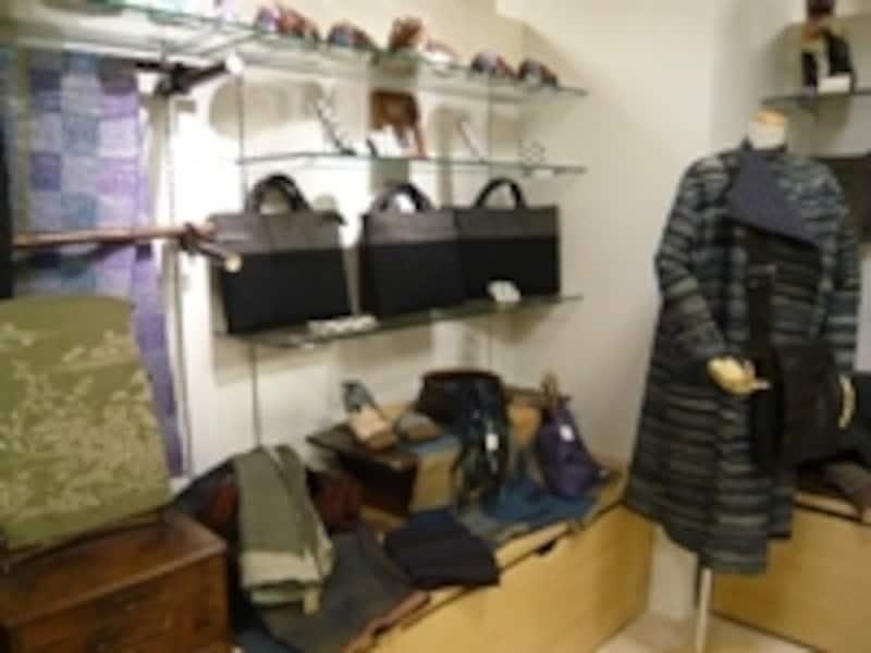 ミュージアムショップでは現代作家による裂き織りの一点物なども販売