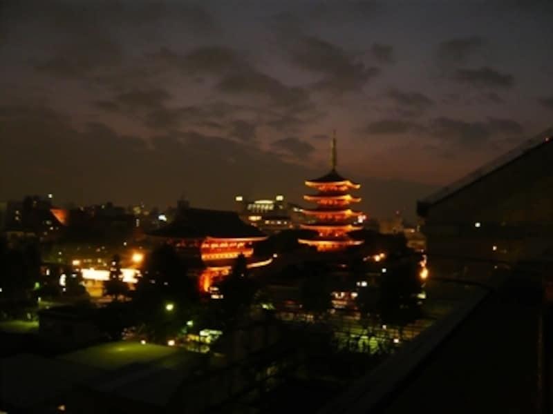 屋上の展望デッキからの夜景。浅草寺の隣というロケーションならではの風景が見られます