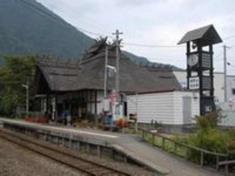 茅葺屋根がユニークな湯野上温泉駅