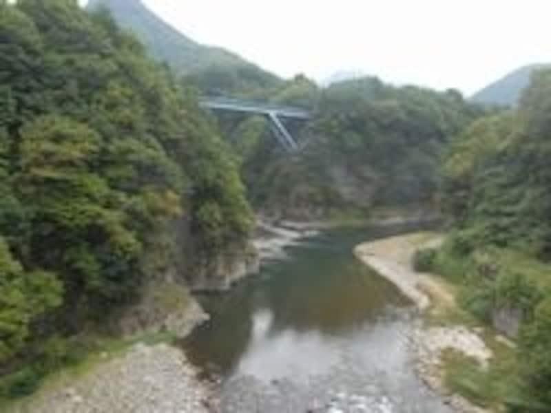 目も眩むような渓谷上の鉄橋で停車して撮影タイムとなった