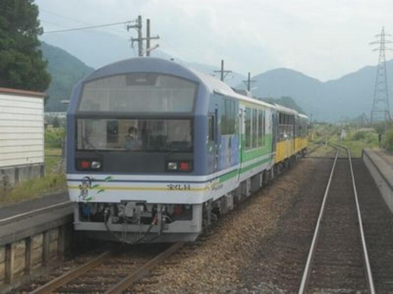 3種3様の車両から編成されるお座トロ展望列車