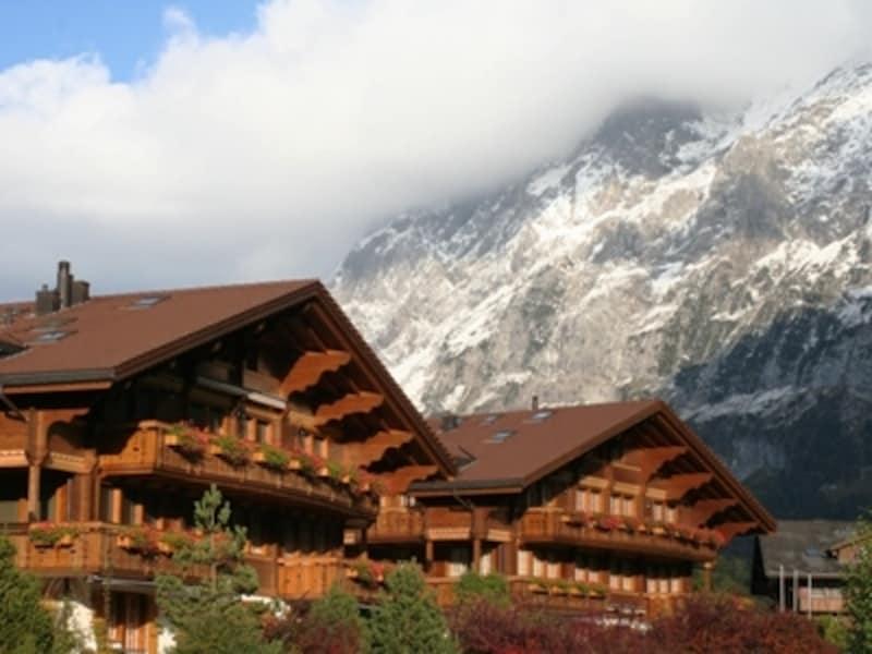 スイスアルプスの代表的滞在施設・三角屋根の可愛らしいシャレー