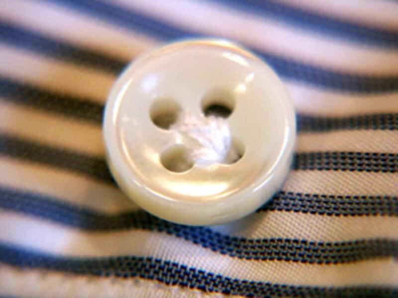 ボタンは厚すぎず薄すぎない白蝶貝