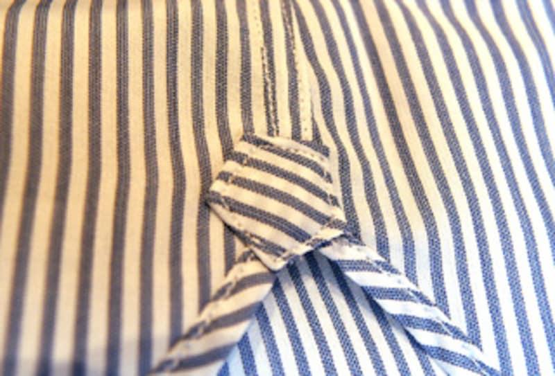 前身頃と後ろ身頃の合わさる裾部分には補強用のガゼットがつく