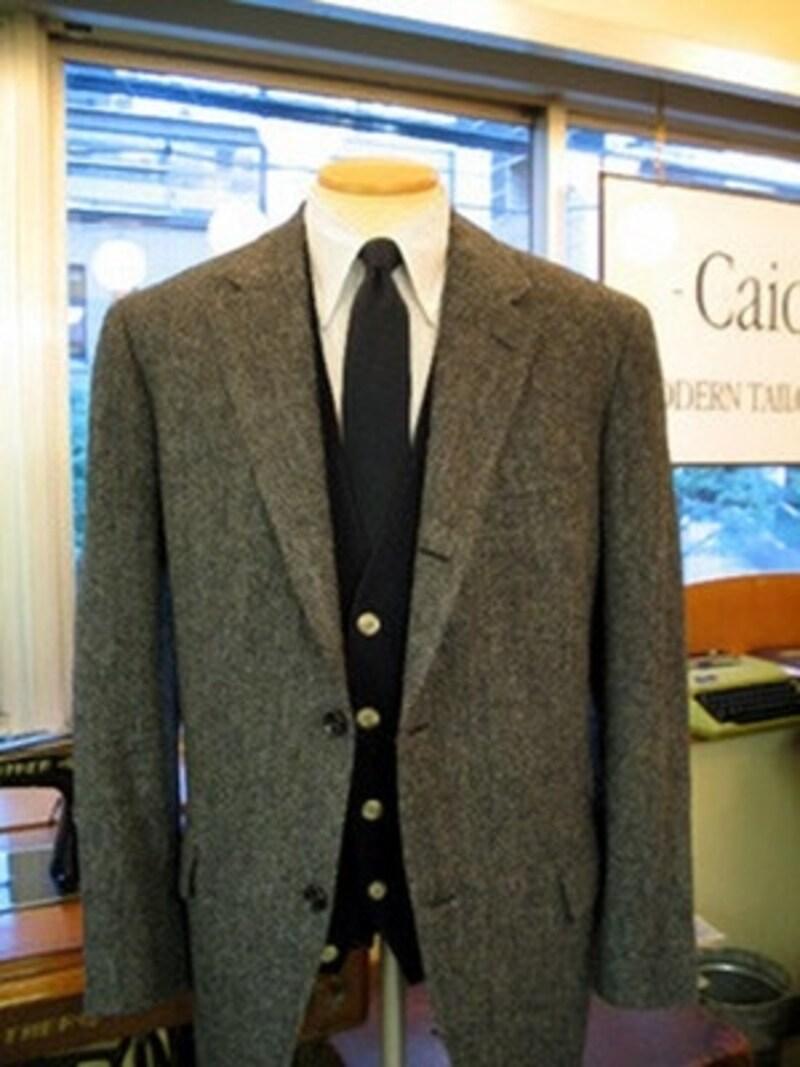 グレーのヘリンボーン・ジャケットのコーディネート。寒くなってくるとインナーに無地のニットを合わせることも。シャツがチェックの場合はうるさくなるので、無地のネクタイでバランスをとる。