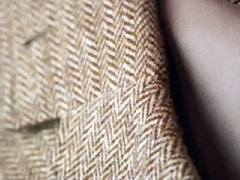 テーラー・ケイドで仕立てたライトブラウンのヘリンボーン・ジャケット。同じ織りでも色が異なれば雰囲気も変わる。