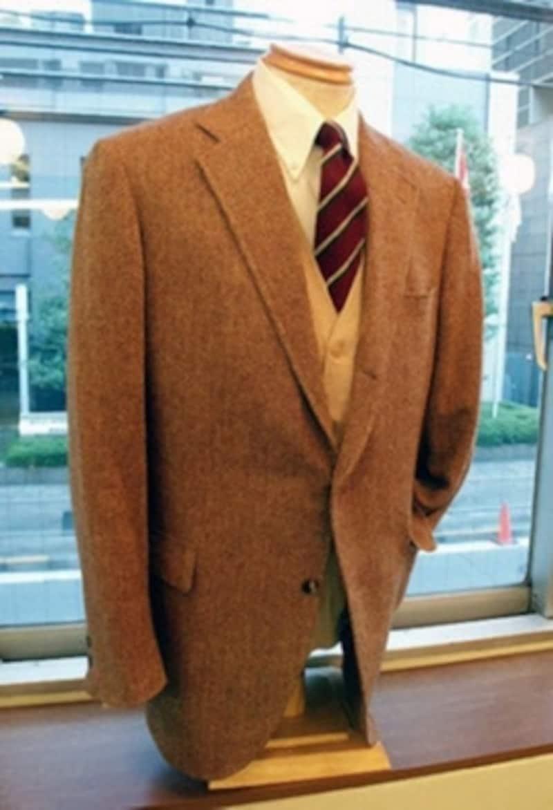 グレーのヘリンボーンとはまた違った魅力があるライトブラウンのヘリンボーン。白のボタンダウン・シャツにストライプのタイ。インナーにニットを合わせてみた。