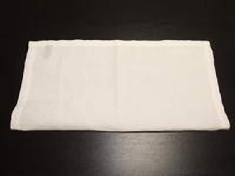 1.正方形のポケットチーフをまずは、二つに折って、長方形にします。