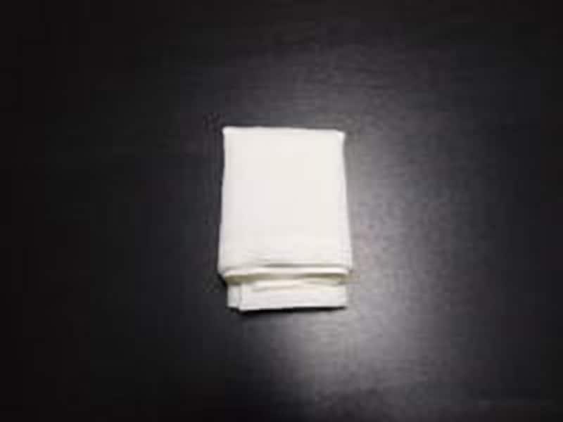 4.チーフの縁となっている部分を少し折り曲げ、その部分が下になるようにジャケットのポケットに挿し入れます。