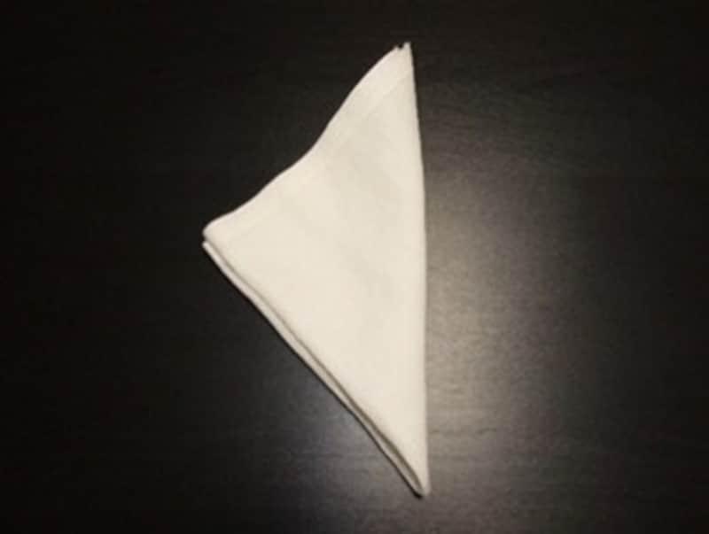 1.ポケットチーフを二つに折って、三角形をつくります。