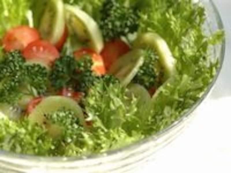 サラダで食べる野菜は水に長時間入れるとビタミンが溶け出してしまう