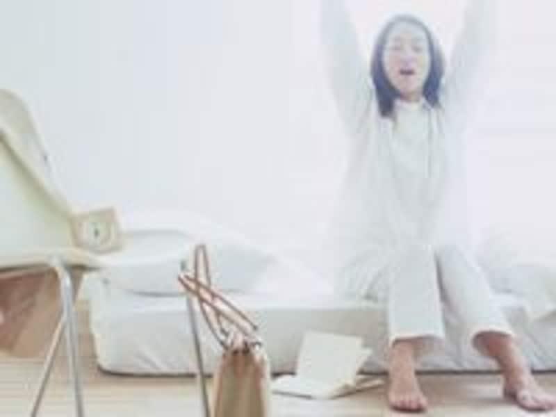 朝の光を浴びて目を覚まし軽いストレッチで体を目覚めさせよう