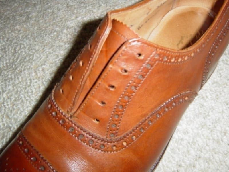 内羽根式の靴の紐を解いても、羽根は下で塞がれています