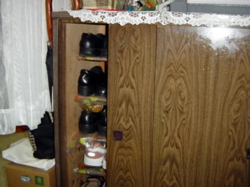 実は下駄箱って、使い方次第でカビ発生の大温床になってしまいます。通気性や乾燥を常日頃から心掛けてください。少なくともこんなにゴチャゴチャにしておいてはダメ!