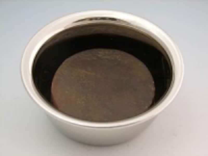 真鍮製のカップにシェービングソープを入れる。シェービングソープは「あみゅーれカテキン石鹸」