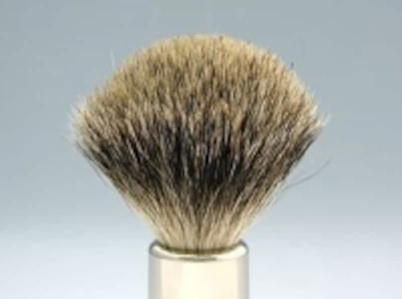 穴熊の毛のブラシは、濡れても毛先が固まらない。これが、快適なシェービングを生む秘密だ。