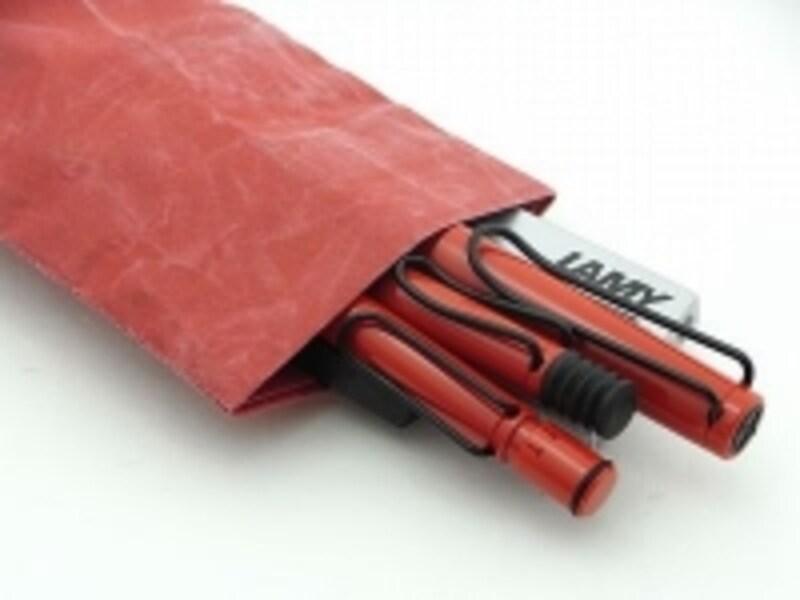 三本のサファリ(万年筆、ボールペン、シャープペン)が入った紙和のケース