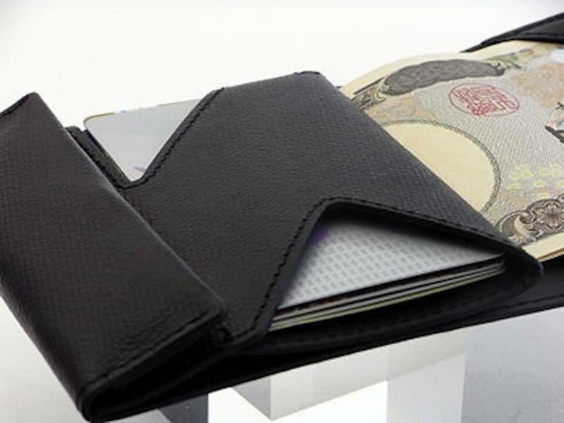 カードと紙幣は、こんな風に収納。両端の切れ込みでカードの出し入れが容易。