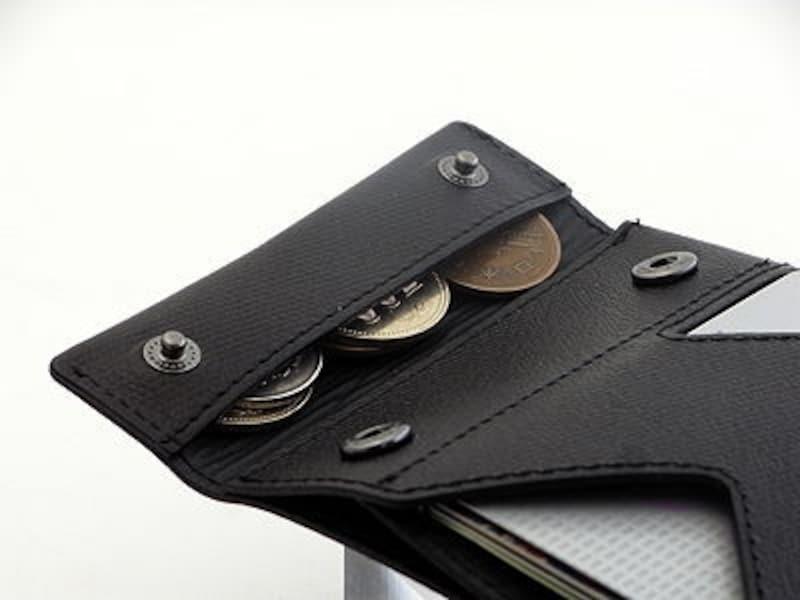 小銭入れは端の折り返し部分にある。細長い形状は意外に使いやすい。
