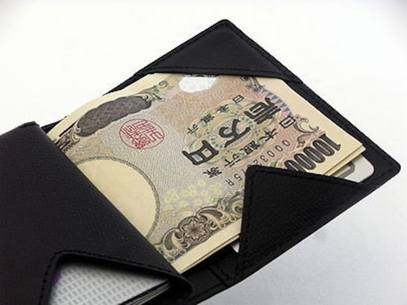 紙幣の下にICカードを入れられる。また、その下にも隠しポケットが。