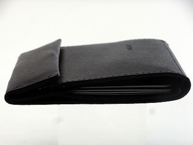 カード5枚、紙幣4枚、小銭を7枚入れても、この薄さ。