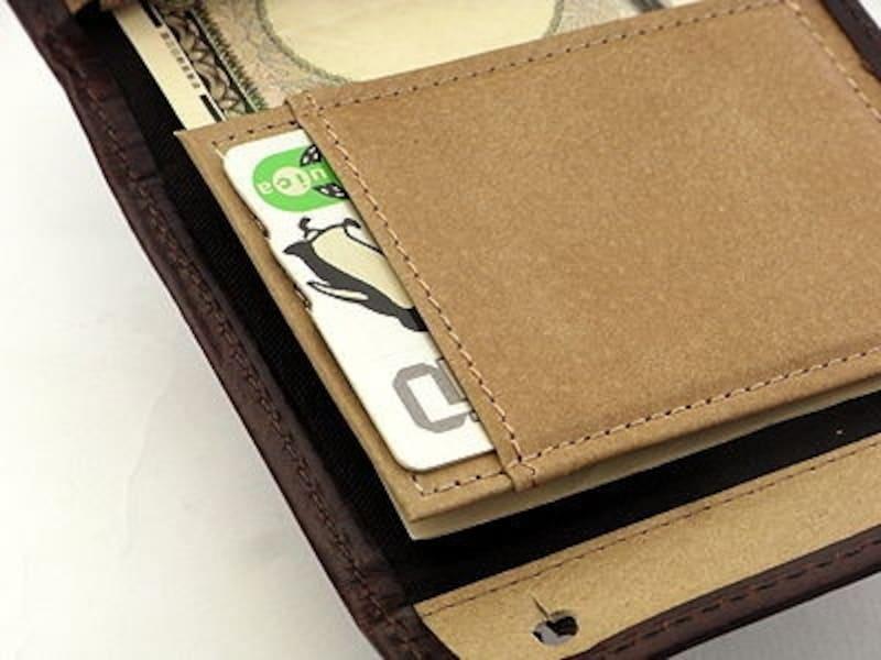 紙幣抑えの部分に、ICカードを入れるポケットが付いた。