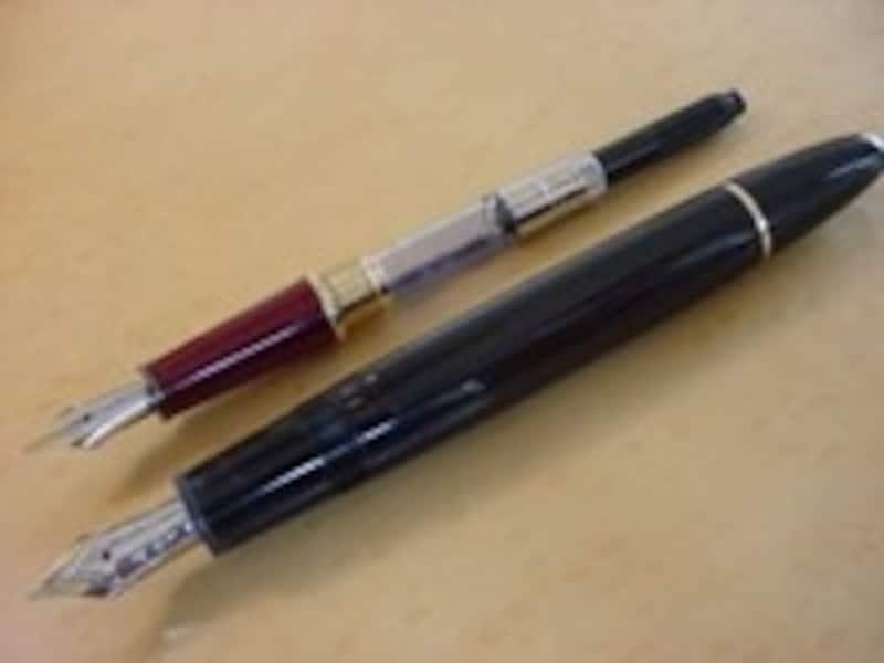 吸入式万年筆(上:コンバーター式、下:吸入式)