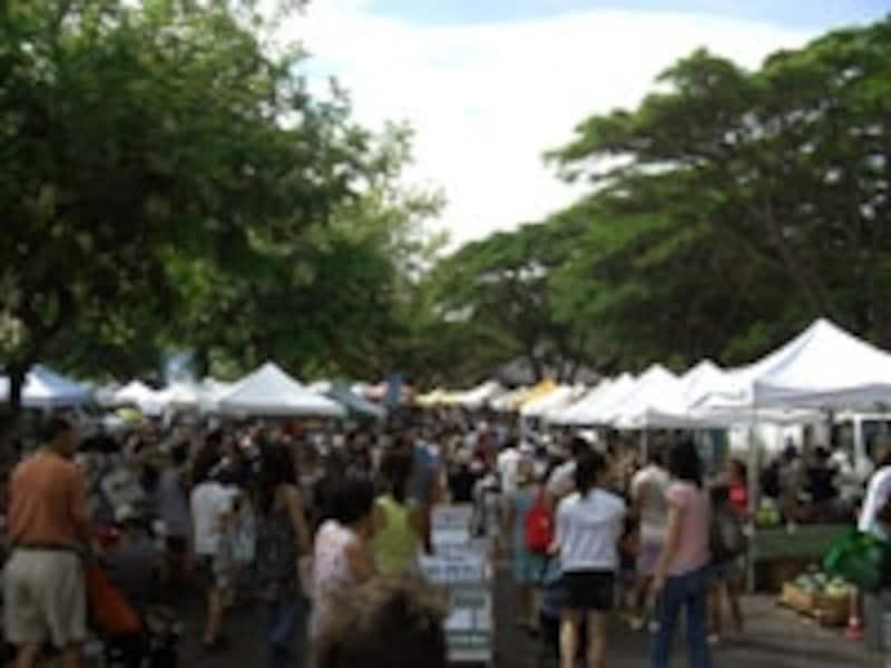 地元の人々はもちろん、観光客にも大人気のファーマーズ・マーケット