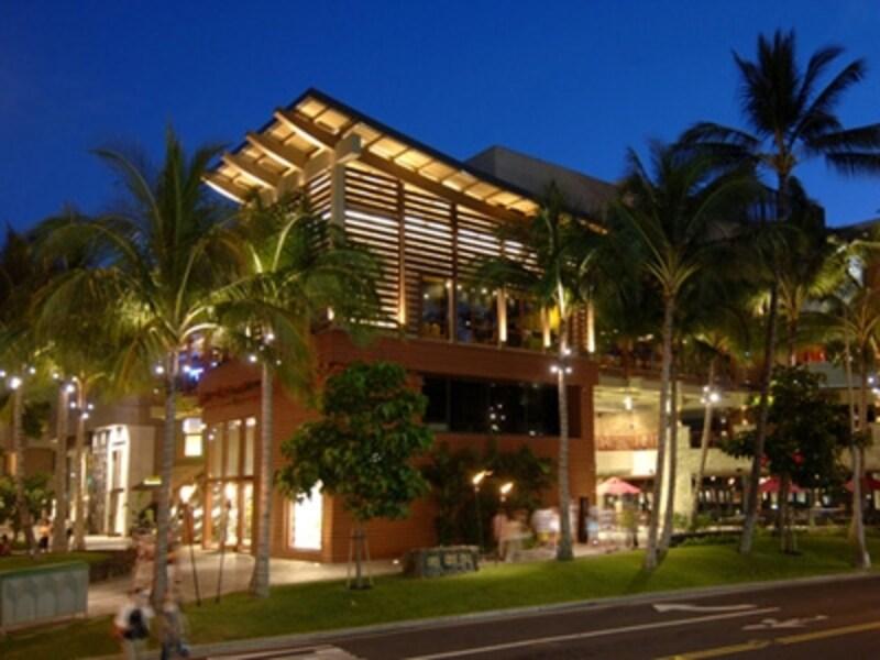 ワイキキのナイトスポットとして賑わうロイヤル・ハワイアン・センター。ナイトクラブをはじめ、レストラン&バーも週末は深夜まで営業