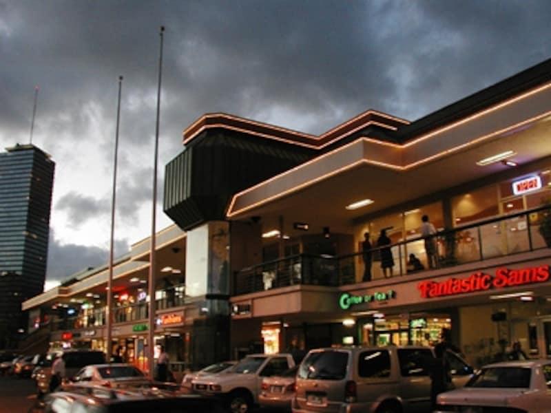 ローカルムード満点でリーズナブルなレストランが集まるマッカリーSC。ディナータイムは駐車場が常時満車状態に