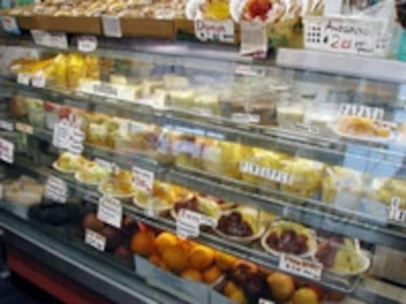 マンゴー、パパイヤなど完熟のカットフルーツが並ぶ高橋果実店