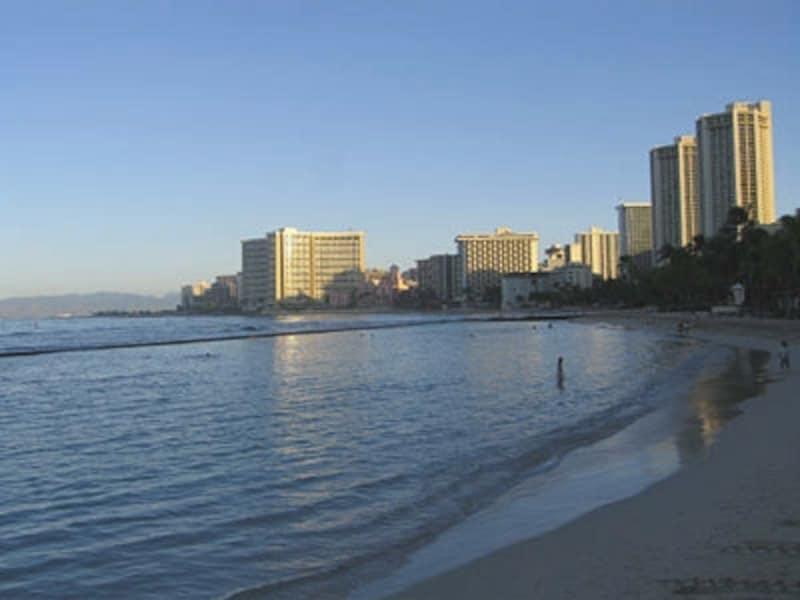早起きをして、静かなワイキキビーチを散歩するのもおススメ